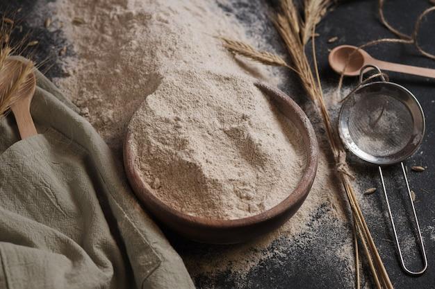 Farine de seigle, tamis et épis. préparation pour faire du pain.