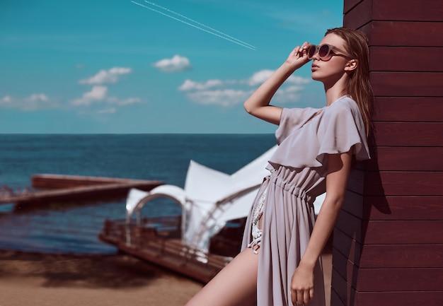 Fashion, fille séduisante en maillot de bain tricoté et paréo