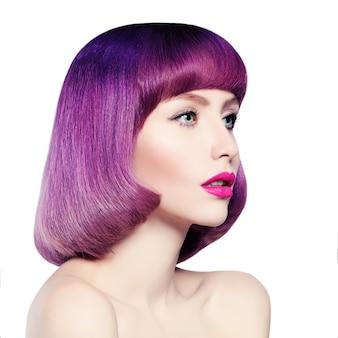 Fashion girl aux cheveux colorés isolé