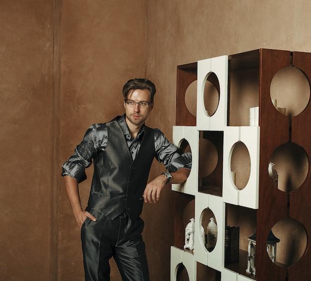 Fashion man dans un intérieur moderne de luxe