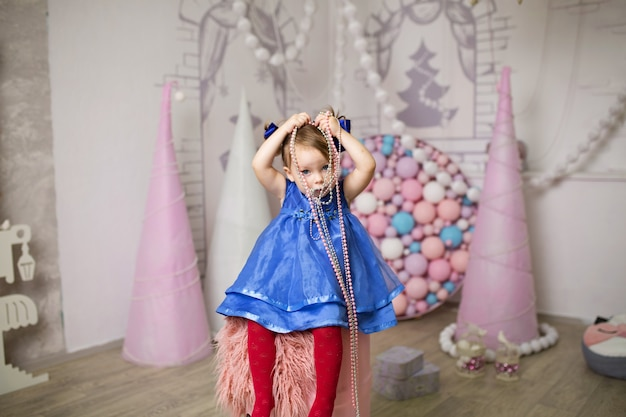 La fashionista de la petite fille choisit une tenue et des accessoires élégants pour son look