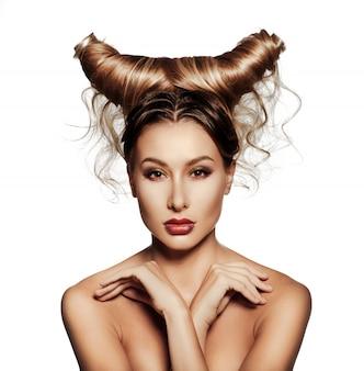 Fashionrt portrait de belle femme sexy avec des cornes.