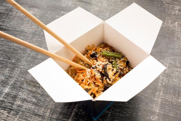 Fast-food asiatique avec des baguettes