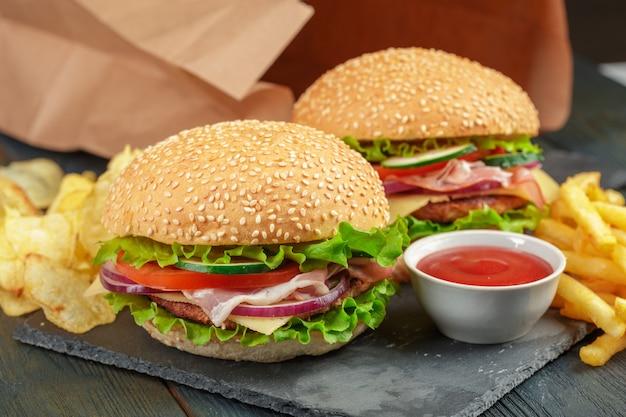 Fast food, burger fait maison sur bois