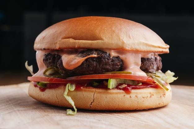 Fast food burger poulet viande différents types de sandwichs sur un mur noir