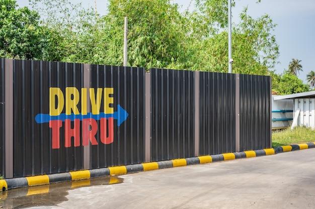 Fast food drive thru signer dans la station-service