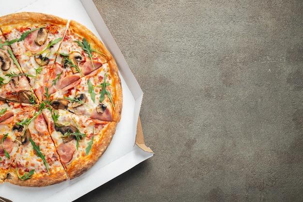 Fast food italien. délicieuse pizza chaude dans une boîte