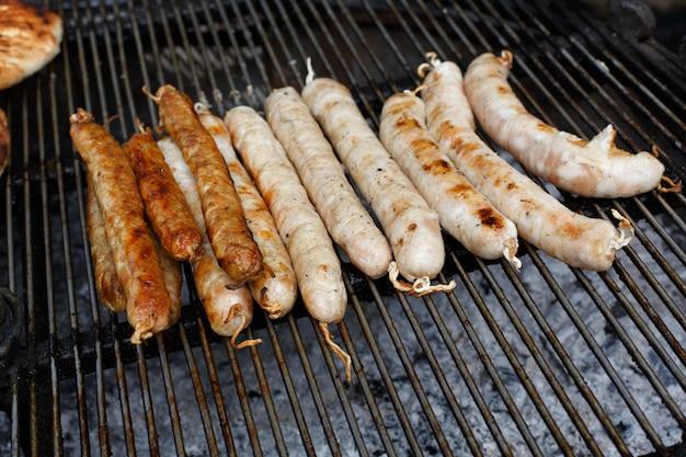 Fast-food de rue, saucisses grillées au barbecue