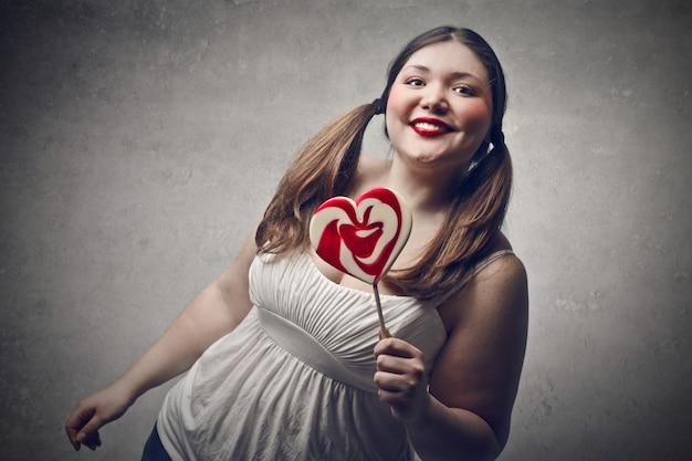 Fat fille heureuse avec une sucette