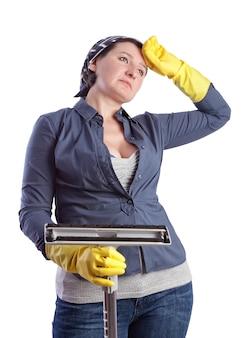 Fatigué et épuisé après une femme au foyer d'âge moyen, nettoyant la maison.