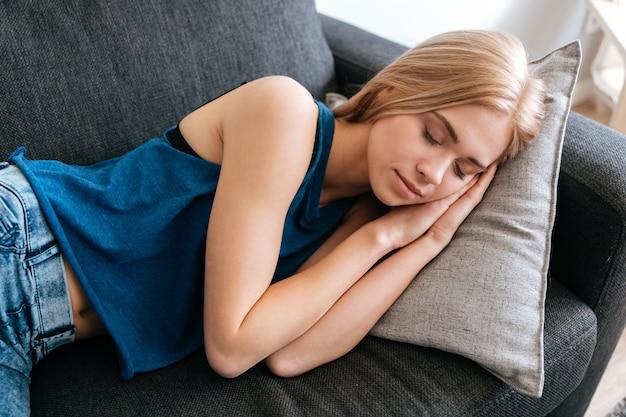 Fatigué fatigué jeune femme dormant à la maison