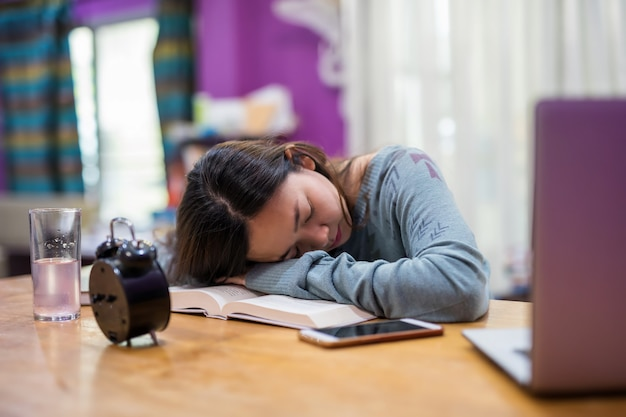 Fatigué femme dort après le travail à domicile