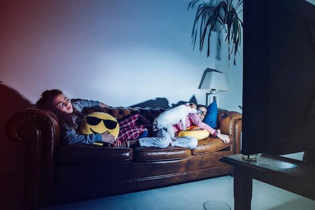 Fatigué de filles qui dorment avec la télé
