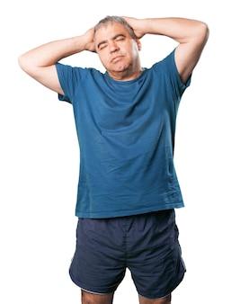 Fatigué homme avec les mains sur le cou