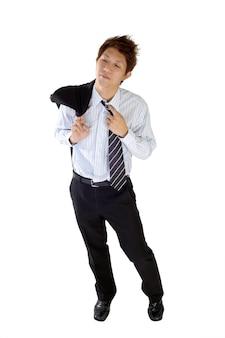 Fatigué de jeune cadre mis manteau sur l'épaule et cravate lâche, portrait en pied isolé sur blanc.