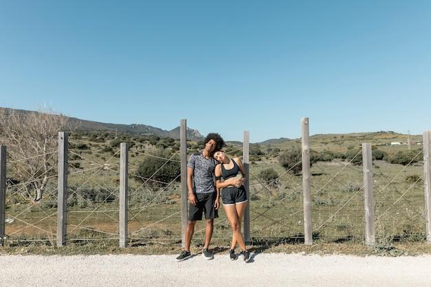 Fatigué jeune couple posant après la course à pied