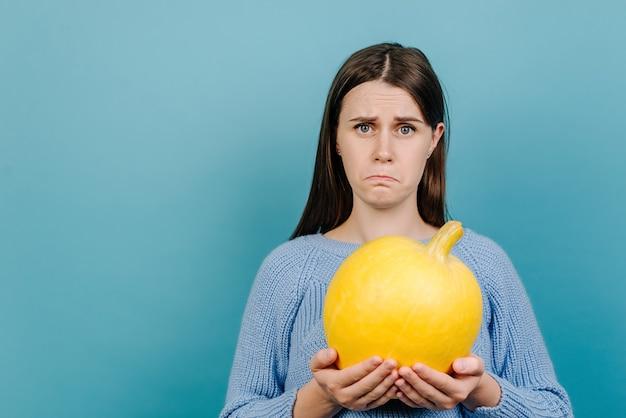 Fatigué malheureux jeune femme ressent le dégoût