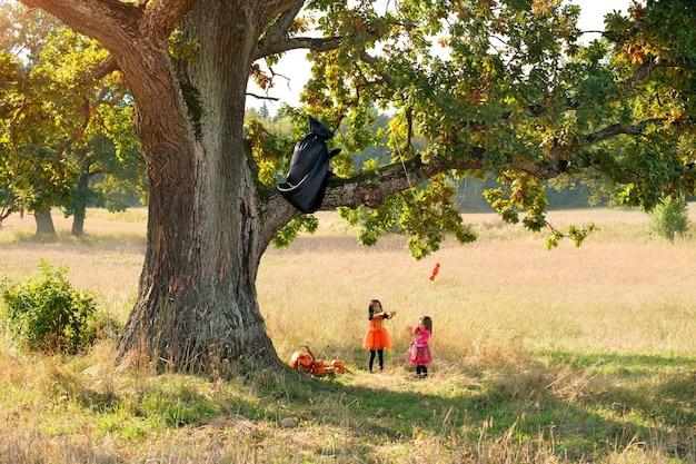 Un faucheur en imperméable taquine les enfants avec des bonbons à la veille d'halloween