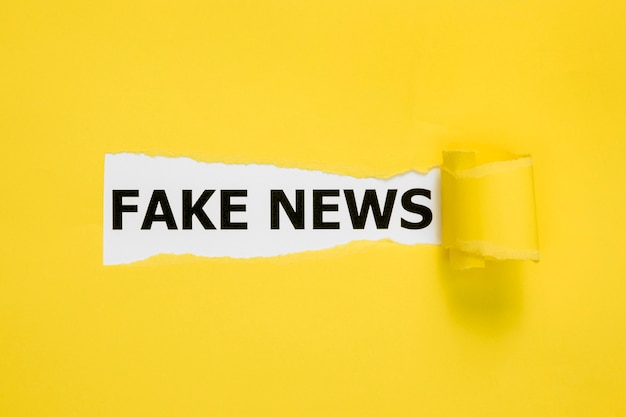 De fausses nouvelles cachées derrière du papier jaune