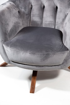 Fauteuil confortable gris isolé