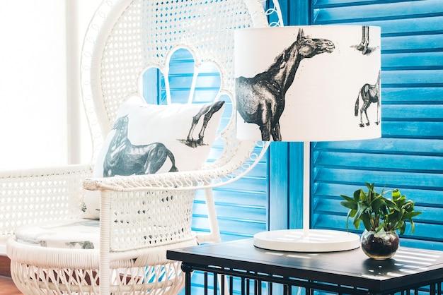Fauteuil avec un coussin de cheval et une lampe avec des chevaux