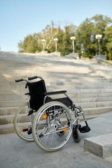 Fauteuil roulant dans les escaliers, personne, problème de handicap