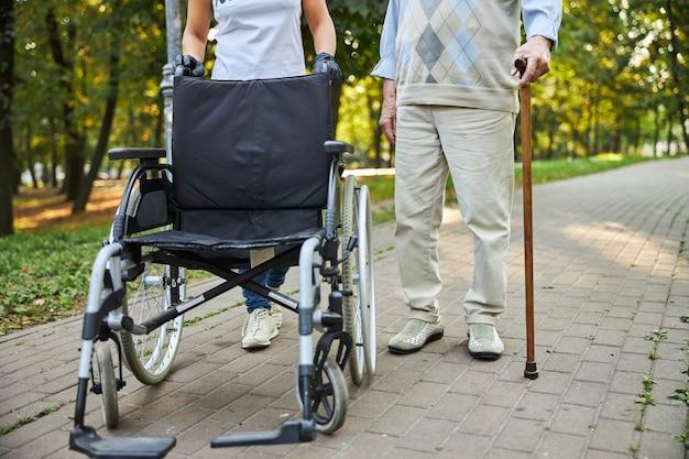 Fauteuil roulant moderne debout devant deux personnes