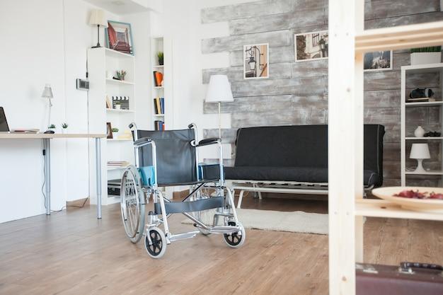 Fauteuil roulant pour personnes handicapées en chambre d'hôpital privé. aucun patient dans la chambre de la maison de repos privée. thérapie mobilité soutien personnes âgées et handicapées incapacité de marche incapacité récupération paralysie