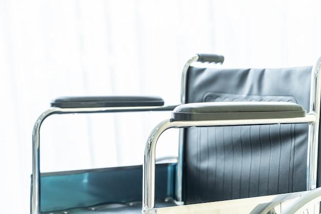 Fauteuil roulant vide dans une chambre