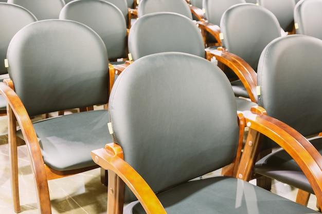 Fauteuils modernes noirs dans la salle de conférence. intérieur de salle de conférence ou de réunion