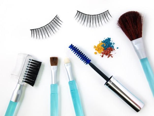 Faux cils mascara et pinceau de maquillage