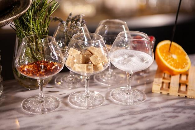 Faux verres sur stand barman