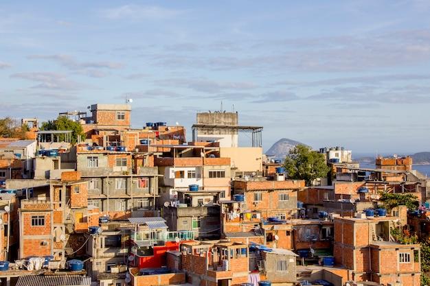 Favela do cantagalo dans le quartier d'ipanema à rio de janeiro, brésil