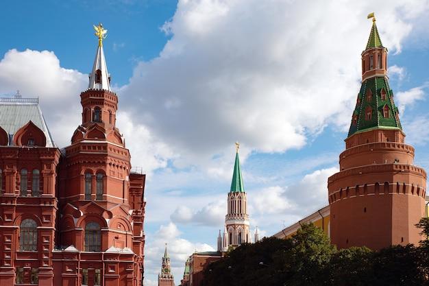 Fédération de russie tour spasskaya sur la place rouge, palais du kremlin à moscou. la place centrale de moscou. l'architecture de la capitale