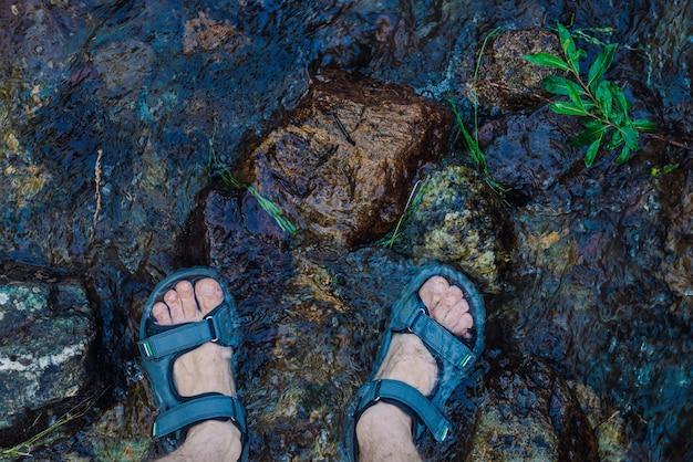 Feets marcher dans la rivière