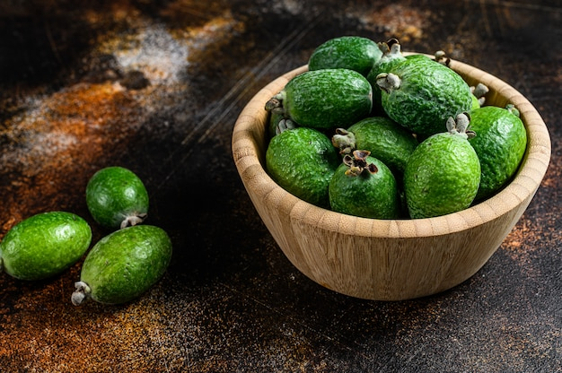 Feijoa aux fruits tropicaux dans une assiette en bois. vue de dessus