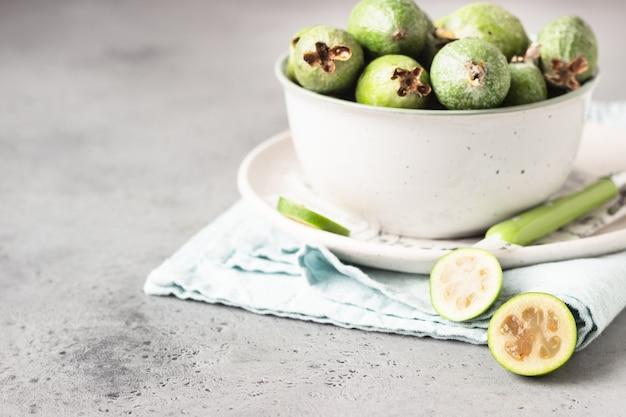 Feijoa vert. baies de la famille des goyaves. fruit exotique. nourriture végétarienne saine.