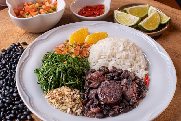 Feijoada traditionnelle brésilienne sur une assiette