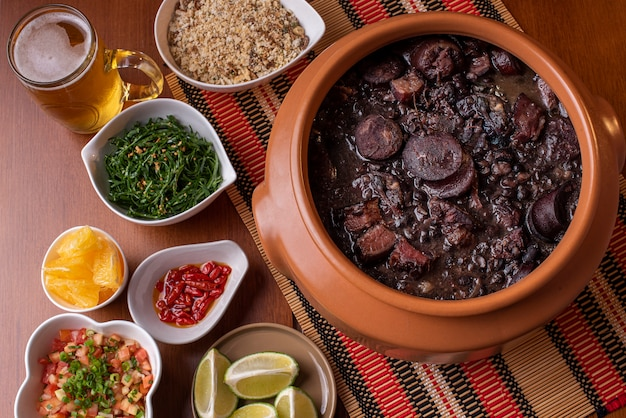 Feijoada traditionnelle brésilienne sur la table