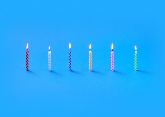 Félicitation composition de brûler des bougies verticales debout pour des gâteaux sucrés