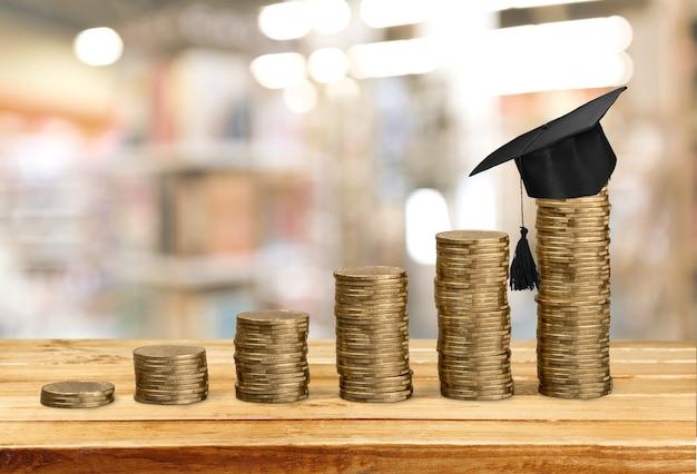 Félicitations aux diplômés au-dessus du concept de fond d'argent de bourse d'argent.