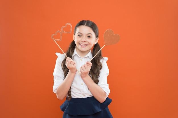 Félicitations jour de la connaissance enfance heureuse petite fille étudiant amoureux de l'école écolière
