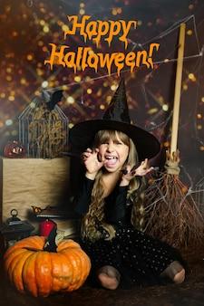 Félicitations texte joyeux halloween sur la photo fille d'âge préscolaire effraie l'expression des émotions mal l...
