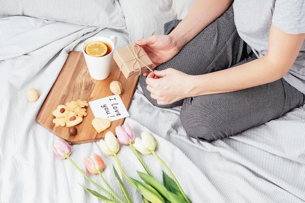 Félicitations à votre fille préférée pour la saint-valentin. petit déjeuner au lit. biscuits faits à la main, fleurs et cadeau pour votre femme bien-aimée le 14 février.