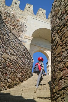Female traveler l'ascension de l'escalier du complexe de la forteresse de rabati, akhaltsikhe city, géorgie