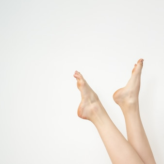 Femelle beaux pieds blancs élancés isolés sur fond blanc