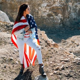 Femelle, emballé, debout, drapeau, montagne