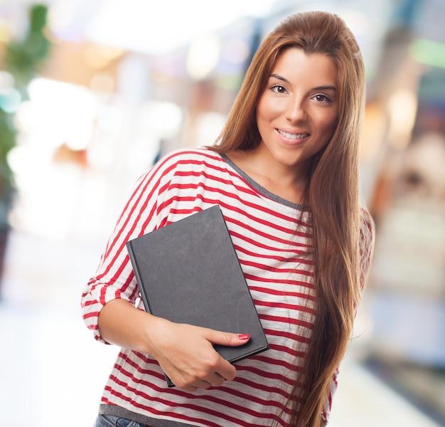 Femelle étudiant titulaire d'ordinateur portable attractive