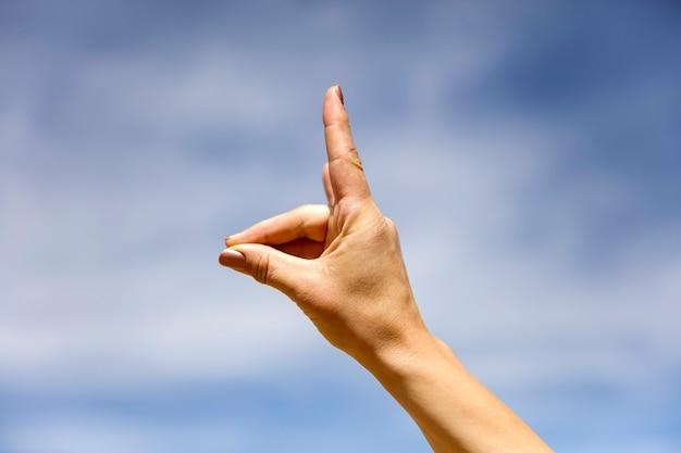 La femelle fait un signe de main d'alpaga en bolivie