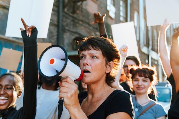 Féministe avec un mégaphone lors d'une manifestation